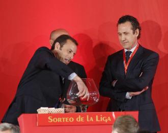 Sandro Rossel y Jorge Valdano, durante el sorteo de la Liga 2010/11.