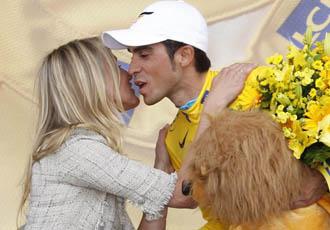Contador recibi� las felicitaciones de Cameron Diaz en el p�dium