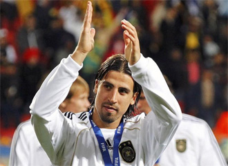 Sami Khedira saluda a su afici�n.