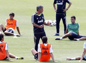 Mourinho da instrucciones a sus jugadores.
