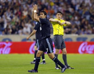 Raúl saluda a los aficionados en un partido contra el Zaragoza esta temporada