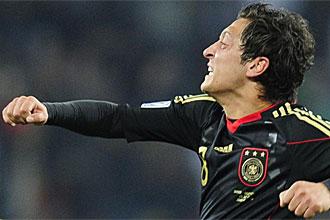 Mesut Ozil celebra un gol durante el pasado Mundial de Sud�frica