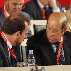 Manuel Llorente conversa con �ngel Torres durante la Asamblea General de la Federaci�n de F�tbol