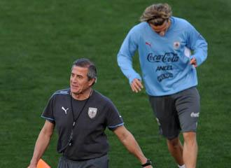Oscar Washington Tab�rez en un momento del entrenamiento de Uruguay en el pasado Mundial de Sud�frica