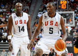 El alero Kevin Durant duranten el partido de entrenamiento de los 19 convocados de la selecci�n de EE.UU., en presencia del jugador de los Lakers Lamar Odom