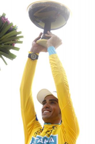 Alberto Contador con su trofeo del Tour 2010.