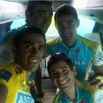 Contador posa junto a sus compa�eros