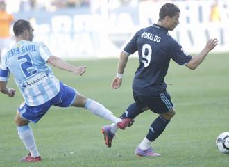 G�mez comete una falta sobre Ronaldo.