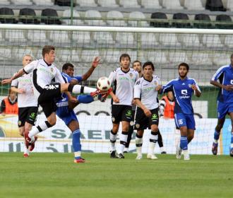 Pablo Hernández trata de llegar a un balón.