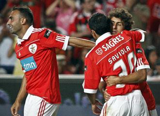 Aimar recibe las felicitaciones de Saviola, despu�s de marcar un gol en el partido de presentaci�n del equipo lisboeta ante el M�naco