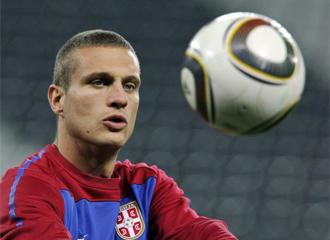 Vidic, en un entrenamiento con Serbia.
