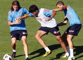 Filipe Luis pelea por un bal�n durante su primer entrenamiento con el Atl�tico de Madrid