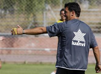 Luis Garc�a da instrucciones durante un entrenamiento del Levante