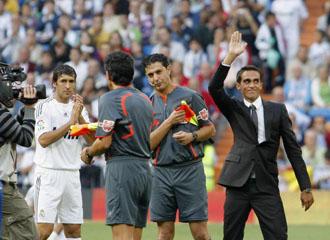 Alberto Contador saluda al Bernabeu en presencia de Ra�l que le aplaude