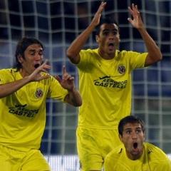 Los defensas del Villareal protestan un gol en contra