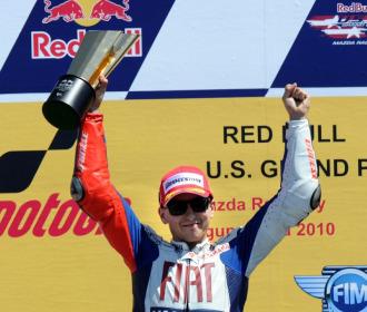 Lorenzo celebra su victoria en el podio.