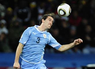 God�n despeja el bal�n con la selecci�n Uruguaya en el Mundial de 2010