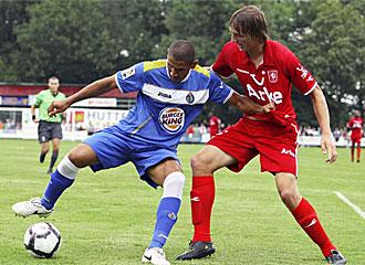 El Cata Díaz controla el balón ante un rival.