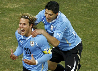 Forl�n y Luis Su�rez celebran un gol en el Mundial.