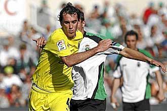 Diego God�n trata de zafarse de la marca de un rival durante un partido de la pasada Liga BBVA