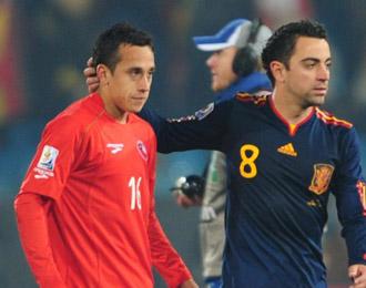 Fabi�n Orellana al t�rmino del partido del Mundial de Sud�frica entre Chile y Espa�a, recibiendo el consuelo de Xavi