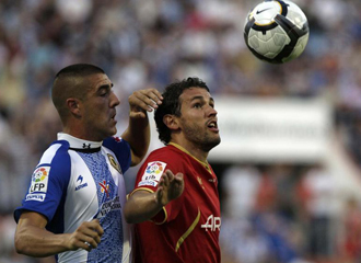 Christian Stuani intenta controlar un balón ante su adversario.