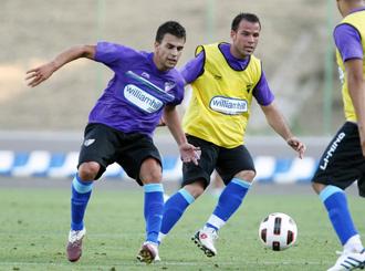 Jordi Pablo, que est� contento por su gol, y Apo�o