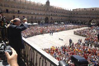 Vicente del Bosque en el palco principal del Ayuntamiento de Salamanca saluda a los miles de aficionados que se congregaron para homenajear al seleccionador