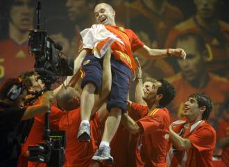 Iniesta es manteado por sus compañeros durante la celebración del Mundial conseguido en Sudáfrica