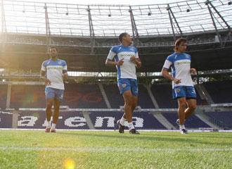 Jugadores del Valencia entrenando en el estadio del Hannover