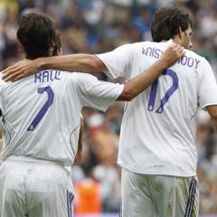 Ra�l y van nistelrooy se abrazan en un partido