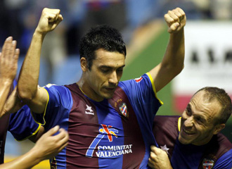 Dani Carril celebra un gol con el Levante.
