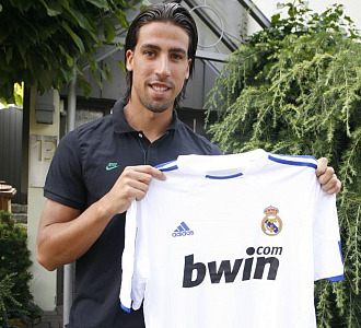 Khedira posa con la camiseta del Real Madrid