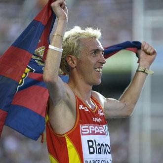 Blanco celebró el triunfo con la bandera del Barcelona
