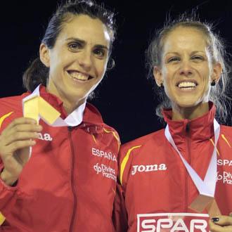 Nuria y Natalia posan con sus respectivas medallas