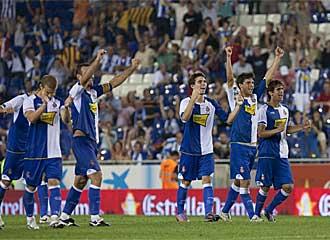 Los jugadores del Espanyol celebran el trofeo logrado.