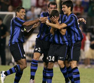 Los jugadores del Inter celebran el tercer gol conseguido por el joven Biraghi en el amistoso ante el Manchester City
