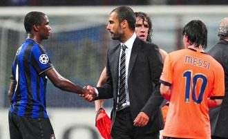 Eto�o saluda a Guardiola tras el partido de ida de las semifinales de la Champions