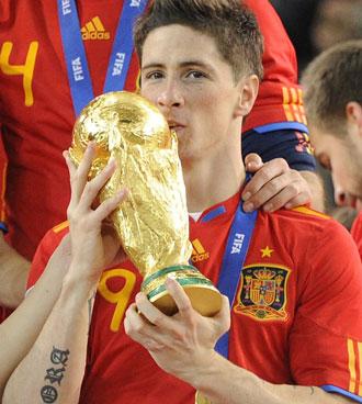 Fernando Torres besa la Copa del Mundo obtenida por Espa�a hace menos de un mes