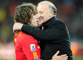 Puyol se abraza a Vicente Del Bosque tras conseguir el Mundial de Sud�frica