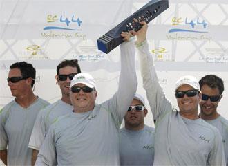 Chris Bake levanta el trofeo que acredita al Team Aqua como vencedor de la RC44 Cup en Valencia