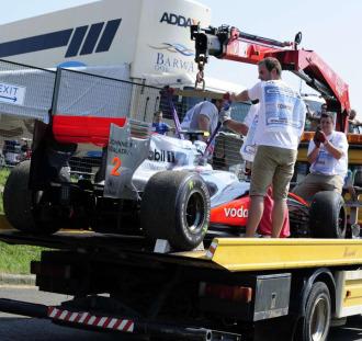 El McLaren de Hamilton siendo retirado por la gr�a en Hungr�a