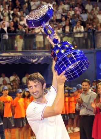 Juan Carlos Ferrero celebra su victoria en Umag.