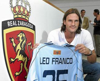 Leo Franco posa con la camiseta del Zaragoza el d�a de su presentaci�n