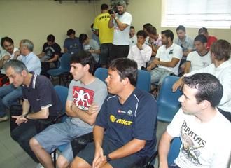 Los jugadores de Azkar Lugo, durante la charla del primer d�a de pretemporada