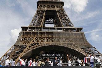 Los medallistas franceses delante de la Torre Eifel.