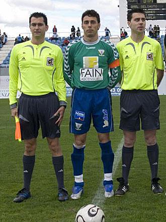 El portero Ra�l Moreno, junto al colegiado �scar Herrera y un asistente, antes de un partido de la pasada temporada como capit�n del Legan�s