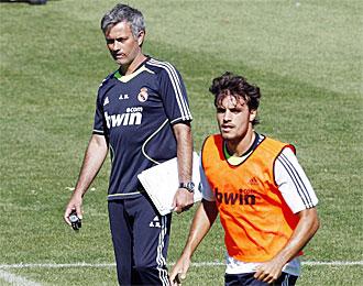Pedro Le�n, junto a Mourinho, en un entrenamiento de pretemporada
