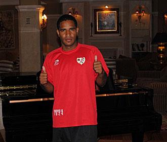 Chico Angulo pos� con su nueva camiseta en Segovia para la p�gina web del Rayo Vallecano