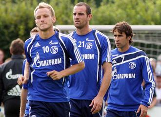 Metzelder y Ra�l en un entrenamiento del Schalke 04.